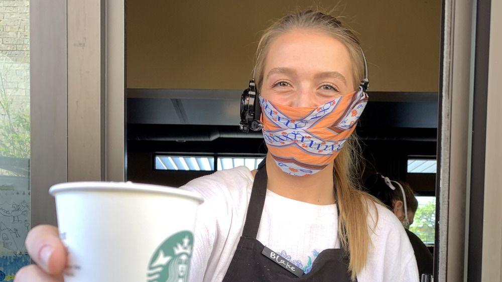 7 Aturan Aneh untuk Barista Starbucks, dari Warna Rambut hingga Pakaian
