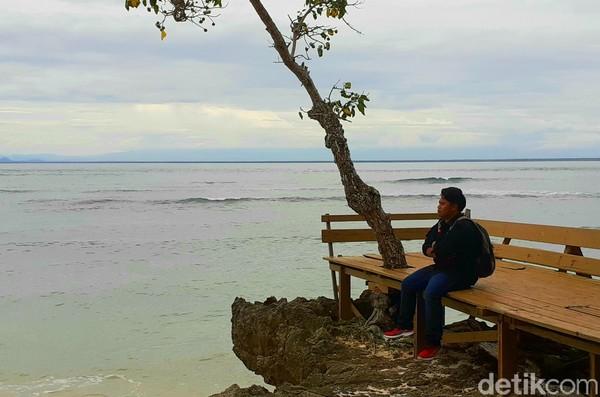 Pantai Plengkung atau yang dikenal dengan Pantai G-Land adalah tempat surfing para peselancar profesional. Pantai ini punya ombak setinggi 6 meter dan merupakan salah satu tempat surfing terbaik di dunia.