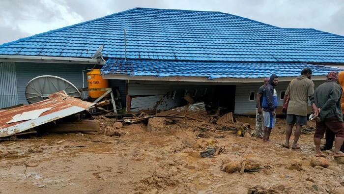 Banjir bandang yang menerjang Kabupaten Paniai, Papua, membuat sejumlah rumah warga rusak. Sebanyak 71 KK juga terdampak banjir bandang tersebut.