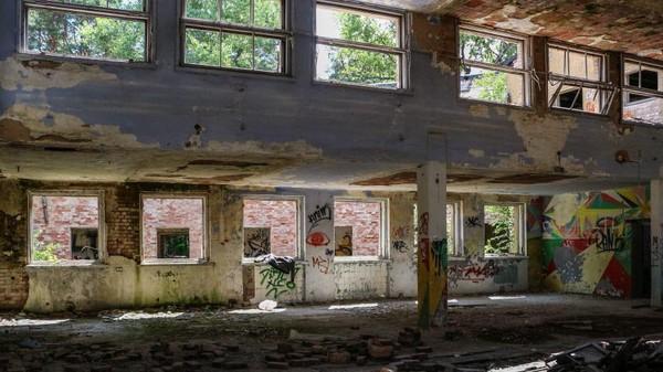 Jerman lah yang membangun sebagian besar infrastruktur. Kini ada rel kereta api hingga kompleks rumah sakit militer besar yang ditinggalkan (Getty Images)