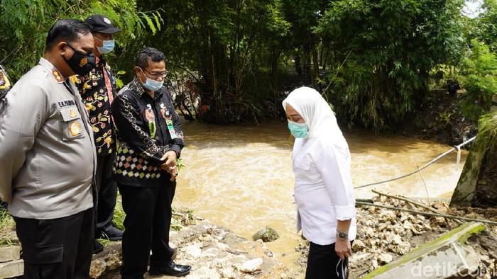 Bupati Anna Muawanah dengan Kapolres AKBP Eva Guna Pandia tinjau jembatan ambrol