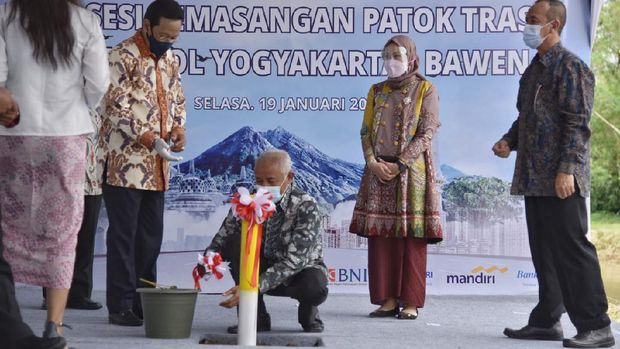 Bupati Sleman Sri Purnomo bersama Gubernur DIY Sultan Hamengku Buwono X di acara pemasangan patok trase tol Yogya-Bawen di Sleman, Selasa (19/1/2021).