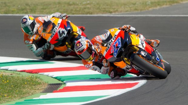 SCARPERIA, ITALY - JULY 01:  Casey Stoner of Australia and Repsol Honda Team leads Andrea Dovizioso of Italy and Repsol Honda Team during the free practice of MotoGp of Italy at Mugello Circuit on July 1, 2011 in Scarperia near Florence, Italy.  (Photo by Mirco Lazzari gp/Getty Images)