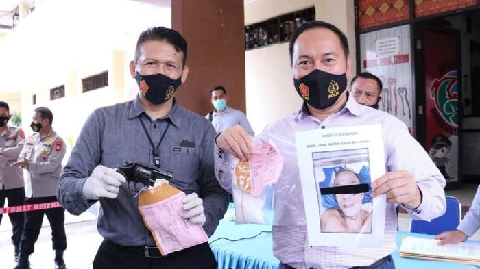 Direktur Reserse Narkoba Polda Sumsel, Kombes Heri Istu menunjukkan barang bukti (Foto: Raja Adil/detikcom)