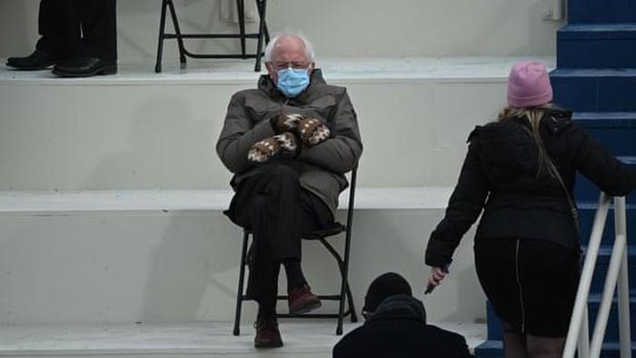 Gaya Senator Vermont, Bernie Sanders, yang memakai jaket musim dingin dan sarung tangan bermotif menjadi viral di media sosial
