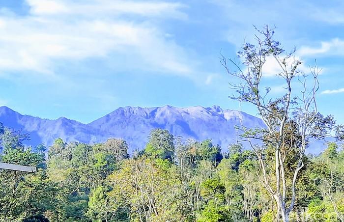 Gunung Raung erupsi dan statusnya naik ke level II atau waspada. BPBD Bondowoso mengimbau masyarakat tetap tenang tapi waspada.