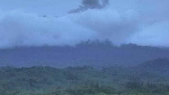 Gunung Raung erupsi. Peristiwa itu dibenarkan oleh Kepala Pos Pengamatan Gunung Api (PPGA) Raung, Mukijo.