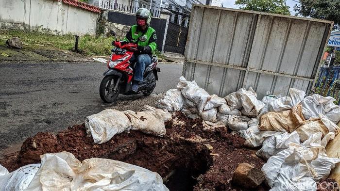 Proyek galian jalan di kawasan Kemang, Jakarta, membuat pengendara harus hati-hati. Pasalnya tak terlihat marka jalan untuk penanda proyek galian jalan di sana.