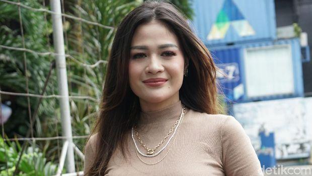 Penyanyi dangdut Hesty Klepek-klepek saat ditemui dikawasan Tendean, Jakarta, Kamis, (21/1/2021).