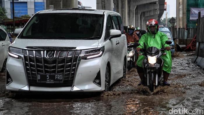 Jalan Boulevard Kelapa Gading, Jakarta Utara, rusak dan tergenang. Jalan ini terdampak proyek pembangunan 6 ruas Tol Dalam Kota.