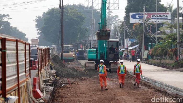 Jalan Raya Soekarno Hatta, Kota Bandung, Jawa Barat, tengah dilebarkan. Pelebaran jalan ini untuk mendukung pembangunan Flyover Kopo.