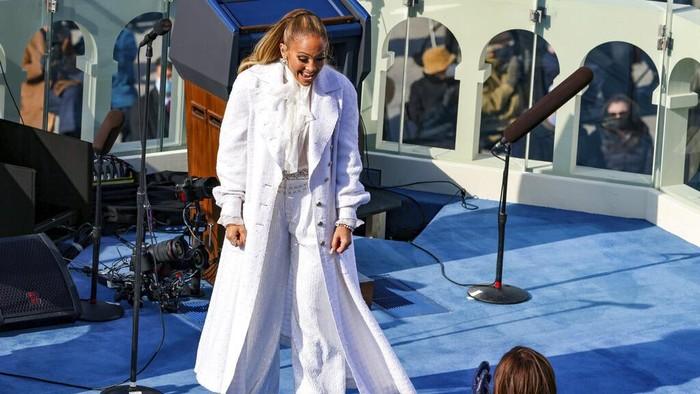 Singer Jennifer Lopez greets Vice President-elect Kamala Harris during President-elect Joe Biden's inauguration, Wednesday, Jan. 20, 2021, at the U.S. Capitol in Washington. (Tasos Katopodis/Pool Photo via AP)