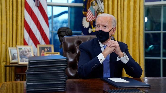Joe Biden teken sejumlah perintah eksekutif Presiden AS (AP/Evan Vucci)