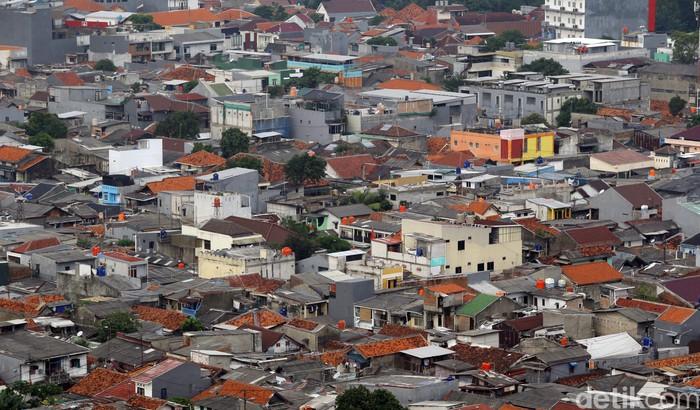 Suasana pemukiman padat dikawasan Jakarta Selatan, Kamis (21/1/2021). Badan Pusat Statistik (BPS) mencatat jumlah penduduk Indonesia tahun 2020 mencapai 270.203.917 jiwa atau 270,20 juta jiwa.