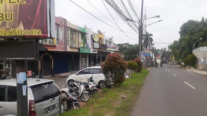 Kabel di Ciputat Tangerang Selatan yang menjuntai kini sudah dirapihkan.