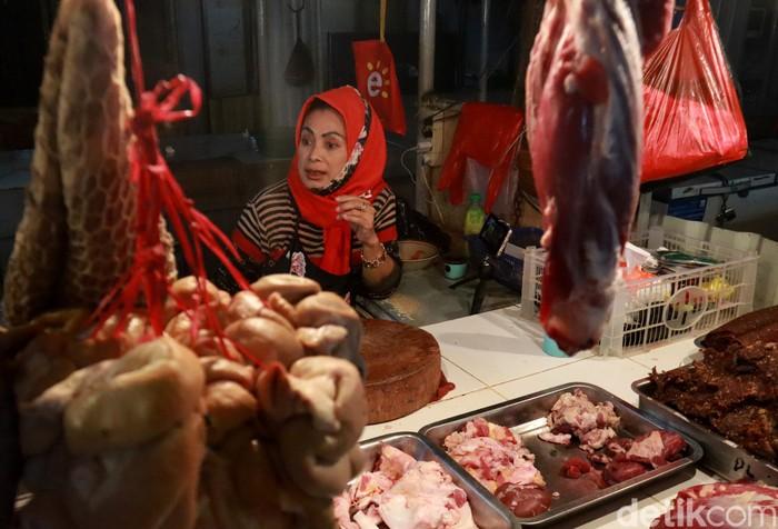 Kenaikan harga daging sapi berdampak pada pedagang daging sapi di Pasar Kosambi, Bandung. Meski harga daging naik, mereka tak bisa menaikan harga di pasaran.