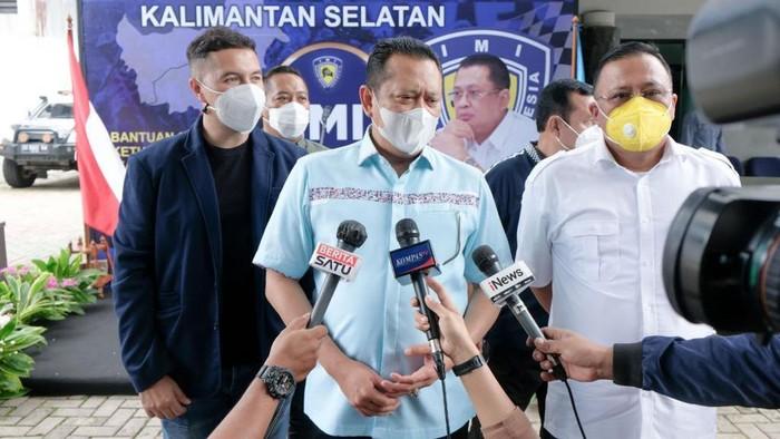 Ketua MPR RI Bambang Soesatyo yang juga Ketua Umum Ikatan Motor Indonesia (IMI) memberikan donasi Rp 50 juta dan paket sembako untuk korban banjir di Kalimantan Selatan.