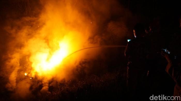 Kobaran api setelah ledakan keras di mojokerto