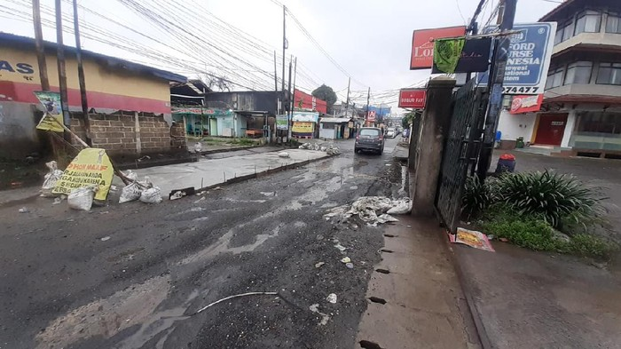 Kondisi Jalan Caman Raya, Kota Bekasi saat proses perbaikan, Kamis (21/1).