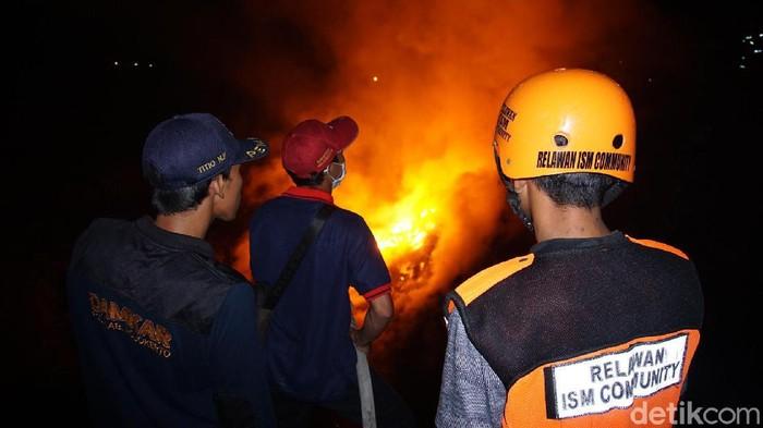 Sebuah ledakan yang disusul bola api terjadi di lahan bekas tambang pasir di Kabupaten Mojokerto. Api membara usai ledakan terjadi.