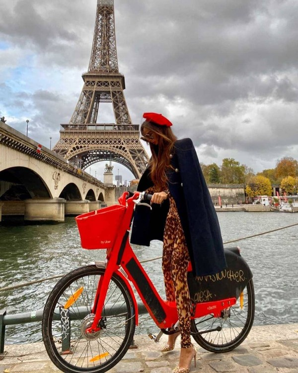 Bersepeda dengan latar Menara Eiffel, mungkin ini bisa jadi ide untuk gaya foto liburanmu. (Instagram/sorajavucelic)