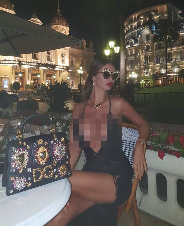 Tak siang atau pun malam Soraja tetap menampilkan gaya menggoda untuk pengikut medsosnya.(Instagram/sorajavucelic)