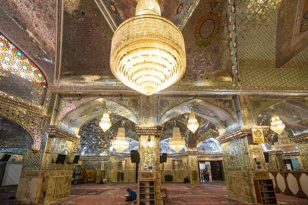 Pada abad ke-14, akhirnya makam ini diberi nama Shah Cheragh yang berarti Raja Cahaya. Hal ini dikarenakan interior masjid yang penuh dengan kaca dan bercahaya.