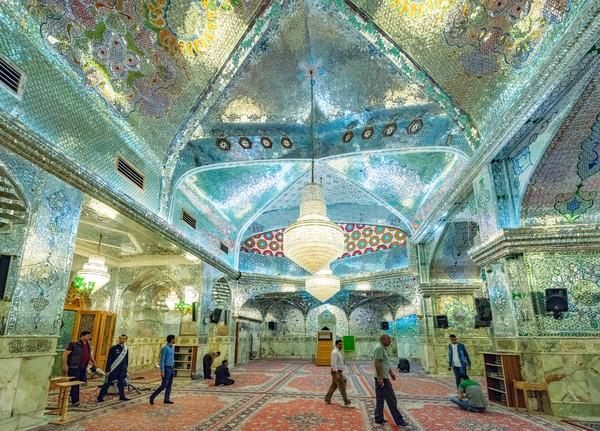 Jika kita perhatikan dari luar, masjid ini terlihat layaknya rumah ibadah lainnya. Namun begitu masuk ke dalamnya, matamu akan dimanjakan dengan cahaya-cahaya cantik yang terpantul dari lampu-lampu ruang ibadah.
