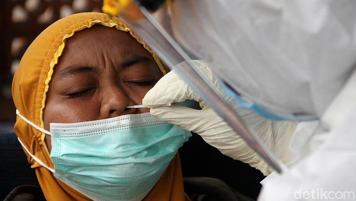 Sebanyak 54 pengungsi korban gempa di Majene dan Mamuju, Sulbar, tiba di Solo. Para pengungsi pun menjalani rapid test antigen saat tiba di Bandara Adi Soemarmo