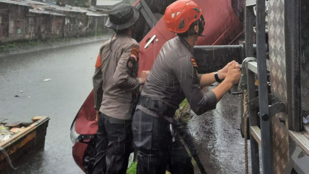 Sopir Injak Pedal Gas Saat Parkir, Minubus di Makassar Terjun Bebas ke Kanal