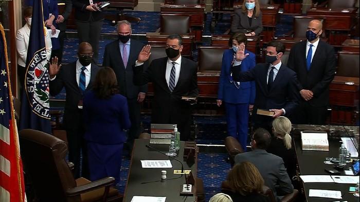Momen saat Kamala Harris melantik tiga Senator AS di Gedung Capitol