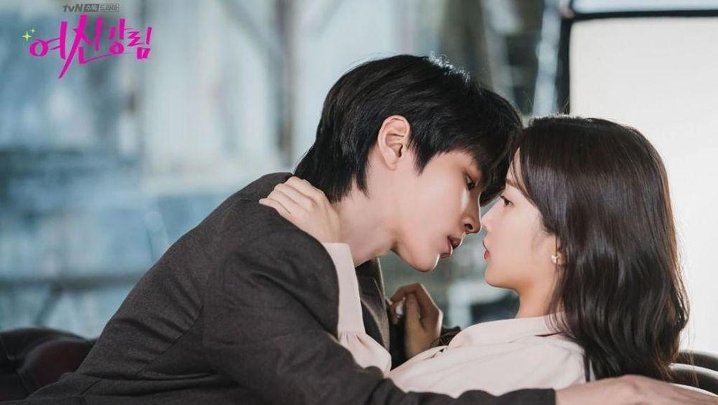 10 Potret Moon Ga Young Bareng Aktor Tampan, Kim Seon Ho hingga Chanyeol EXO