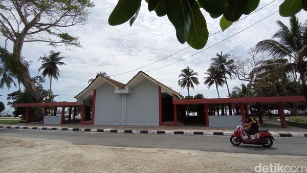 Sebelumnya, sudah ada beberapa pihak investor yang membangun fasilitas resort dan bungalow. Pantai Karapyak diharapkan semakin ramai dengan adanya penataan dan pembangunan dari pemerintah.