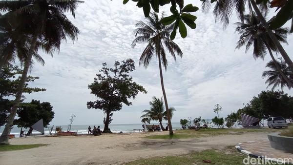 Selama ini Pantai Karapyak bukan destinasi utama, melainkan hanya sebatas persinggahan wisatawan yang hendak ke Pantai Pangandaran. Namun seiring penataan dan penambahan fasilitas, pantai ini diharapkan bisa menjadi tujuan utama.