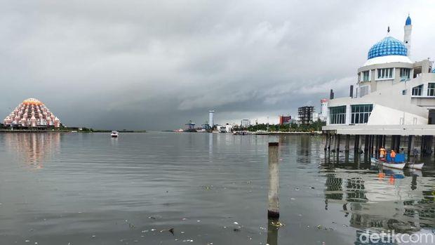 Pantai Losari Makassar dipenuhi sampah.
