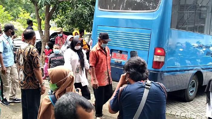 Para korban gempa Sulbar asal Jateng tiba di Solo Techno Park, Kamis (21/1/2021)