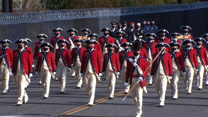 Pass in review adalah tradisi militer yang mencerminkan transfer kekuasaan secara damai kepada panglima tertinggi baru. (CNN)