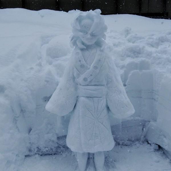 Dia mengenalkan dirinya sebagai pengrajin manusia salju yang, memamerkan bakat mereka dengan membuat patung salju yang indah.