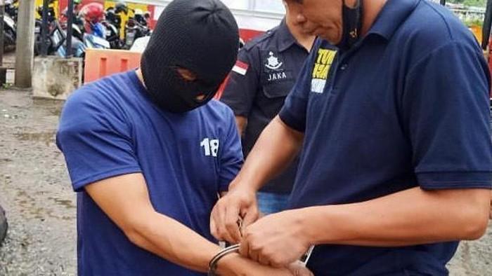 Penampakan pelaku ekshibisionisme ke istri Isa Bajaj diborgol polisi