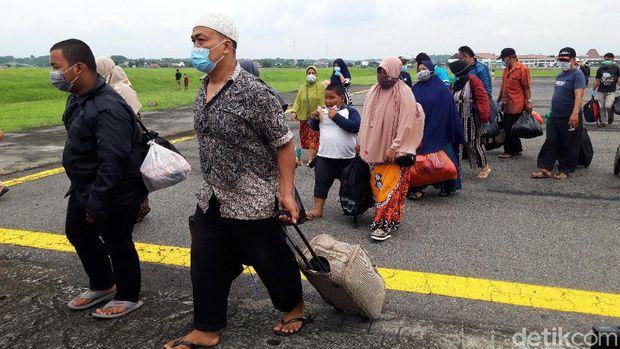 Pengungsi korban gempa Mamuju dan Majene asal Jateng, Sulbar, tiba di Lanud Adi Soemarmo, Boyolali. Kamis (21/1/2021).
