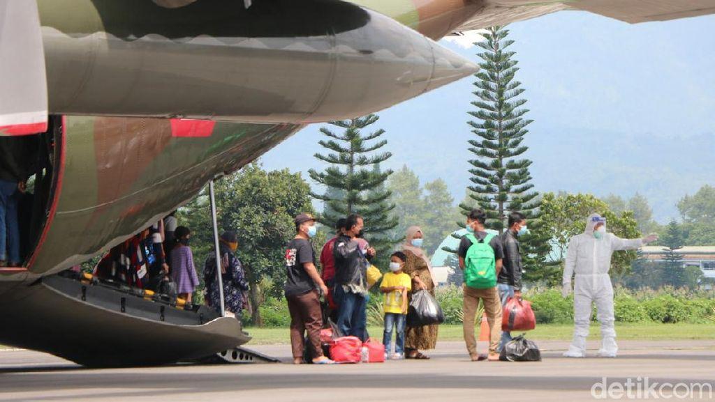 Puluhan Pengungsi Mamuju Asal Jatim Tiba di Lanud Abd Saleh