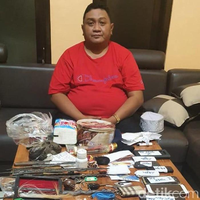 Seorang pelaku penipuan dibekuk polisi Kediri. Untuk mendapatkan uang korban, ia mengaku sebagai penasihat spiritual di istana Presiden Jokowi.
