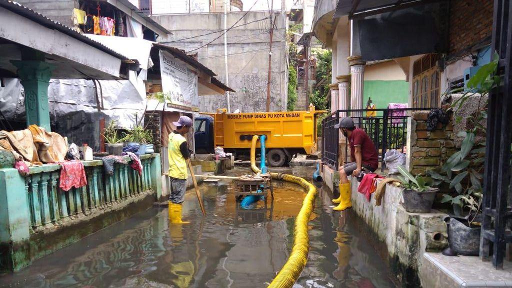Banjir Lebih dari Sebulan di Permukiman di Medan, Petugas Lakukan Penyedotan
