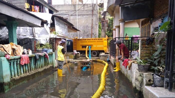 Penyedotan banjir di Gang Subur Lama, Medan (Datuk Haris-detikcom)