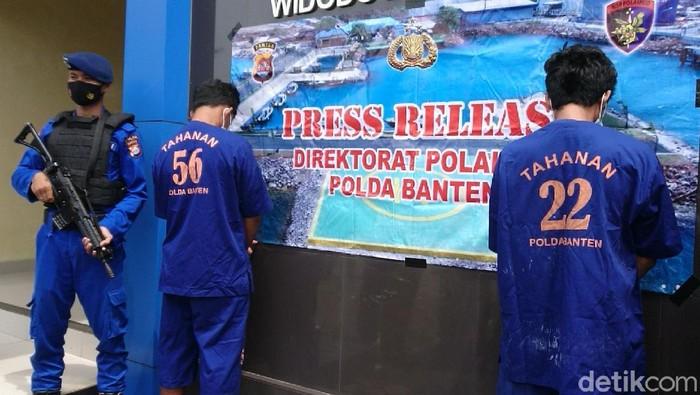 Polairud Polda Banten mengamankan 2 pelaku penjual bayi lobster (benur) tanpa izin di Muara Binuangeun, Lebak, Banten.