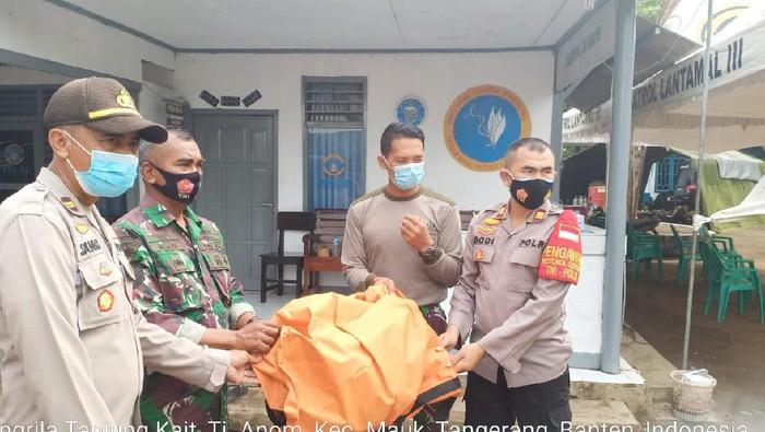 Polisi serahkan penemuan body part diduga korban Sriwijaya Air SJ182 ke Posko Basarnas Mauk, Kabupaten Tangerang