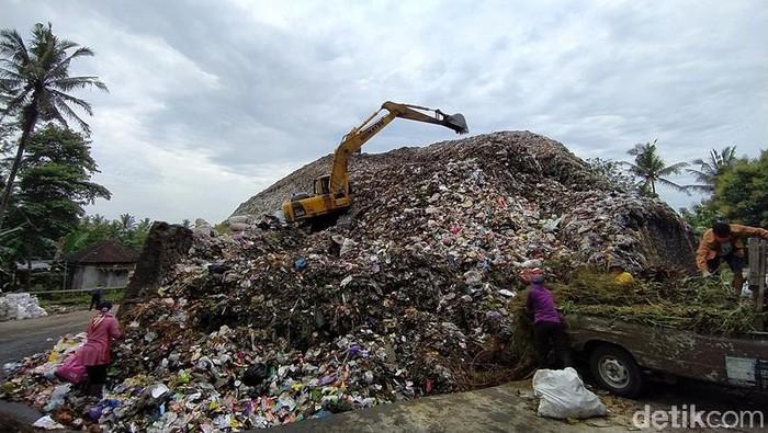 Tempat pembuangan sampah akhir (TPSA) Pasuruhan, Kab. Magelang, overload. Sampah di TPSA itu tampak menumpuk tinggi hingga terlihat seperti gunungan sampah.