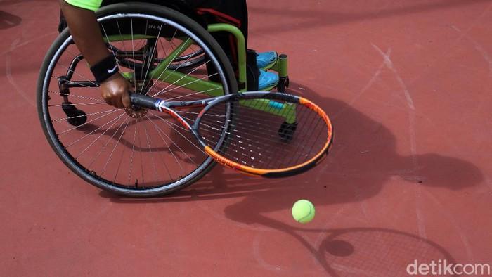 Atlet difabel cabang olahraga tenis lapangan yang tergabung dalam pelatda provinsi D. I. Yogyakarta berlatih rutin di lapangan tenis komplek Stadion Sultan Agung, Bantul, Yogyakarta, Kamis (21/1/2021).
