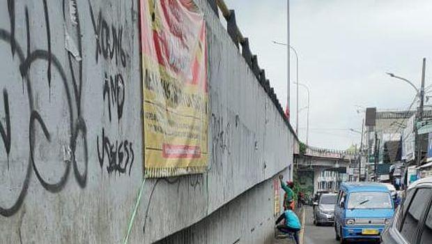 Spanduk dilarang membuang sampah dipasang di flyover Ciputat, Tangerang Selatan, Kamis (21/1).
