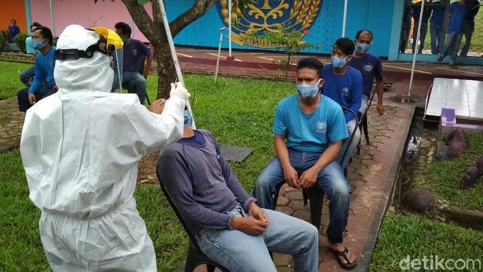 Swab Massal Napi Lapas Narkotika Cirebon